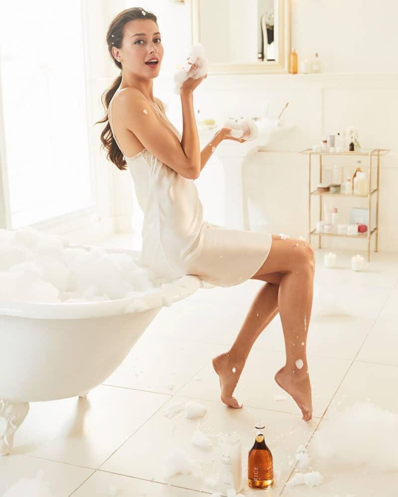 tắm bằng xà phòng có chất tẩy rửa mạnh