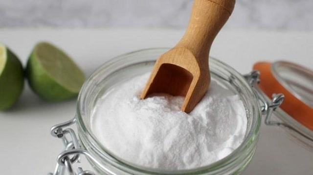Baking soda trộn đều với nước có thể dùng làm công thức trị mụn vô cùng đơn giản
