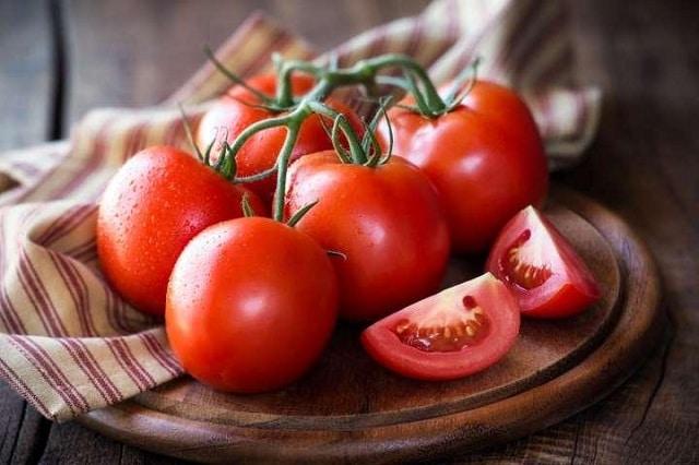 Cà chua xay nhuyễn chứa nhiều Vitamin C được sử dụng để đắp mặt nạ trị thâm