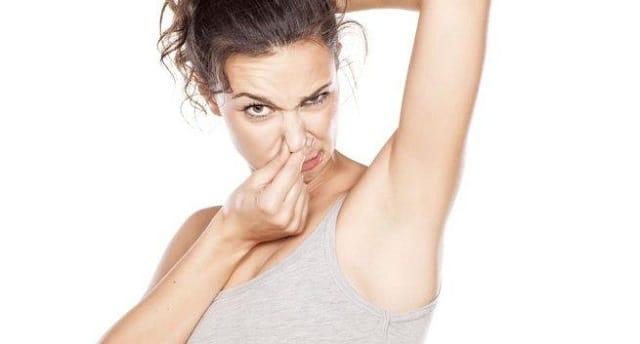 Có nhiều nguyên nhân khiến nách bốc mùi chẳng hạn như sự tấn công của vi khuẩn lên vùng da dưới nách
