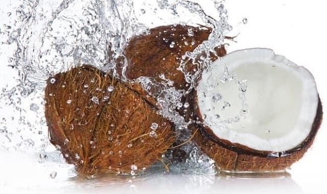 Nước dừa là nguồn bổ sung dinh dưỡng giúp làm đẹp da và tăng khả năng hydrat hoá