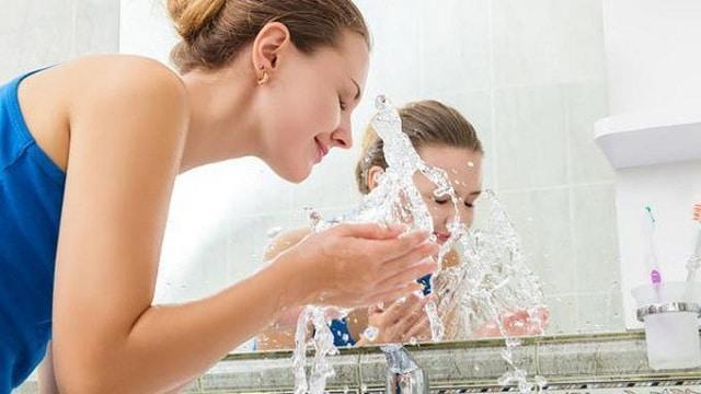 Rửa mặt là một trong các bước quan trọng chăm sóc da mặt hàng ngày mà bạn nên biết
