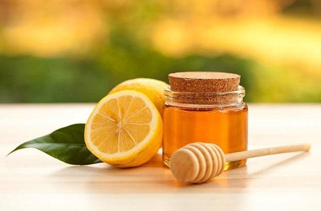 Sử dụng chanh với mật ong để tạo nên công thức trị môi thâm ngay tại nhà