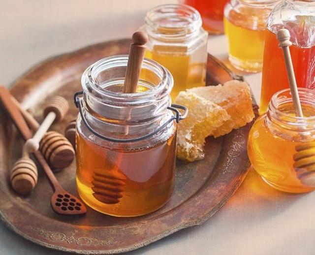 Sử dụng mật ong và quế kết hợp với nhau để loại bỏ những đốm mụn trên da mặt
