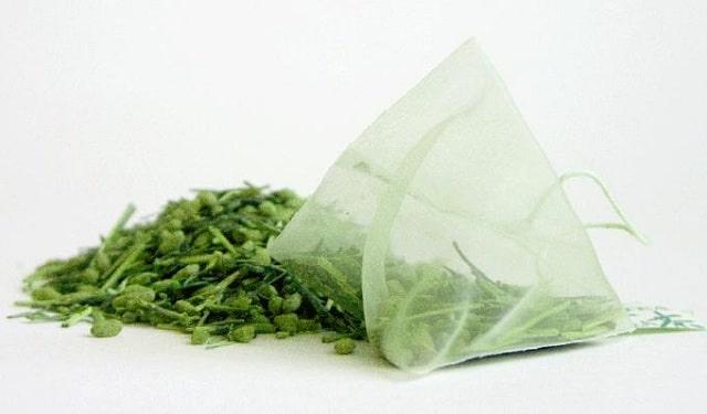 Sử dụng túi trà xanh ướp lạnh đắp lên mắt sẽ hỗ trợ loại bỏ thâm quầng