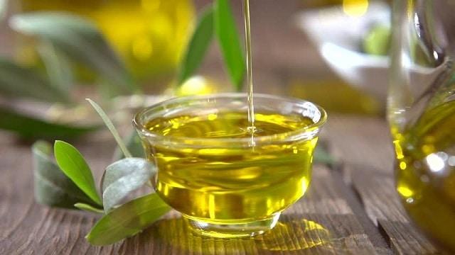 Thoa dầu thầu dầu lên vùng nách cũng góp phần loại bỏ mùi hôi và vi khuẩn