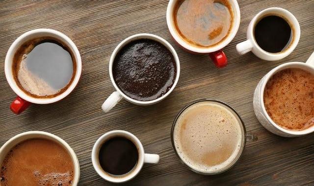 Tiêu thụ quá nhiều caffeine cũng là một trong những lý do khiến môi bạn trở nên thâm
