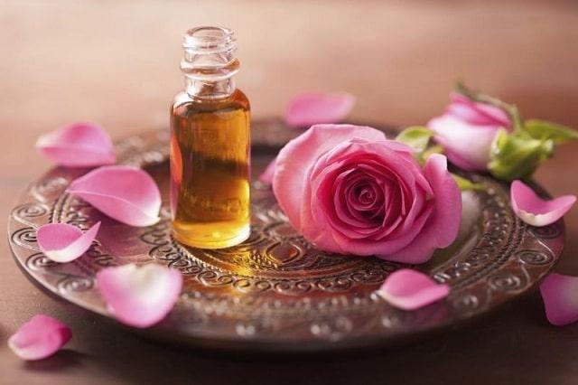 Tinh chất hoa hồng có khả năng ức chế sắc tố da quanh khu vực mắt giúp trị thâm