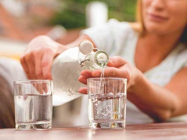 Uống đủ nước và chăm sóc cơ thể thật tốt cũng sẽ giúp hạn chế mùi hôi ở nách