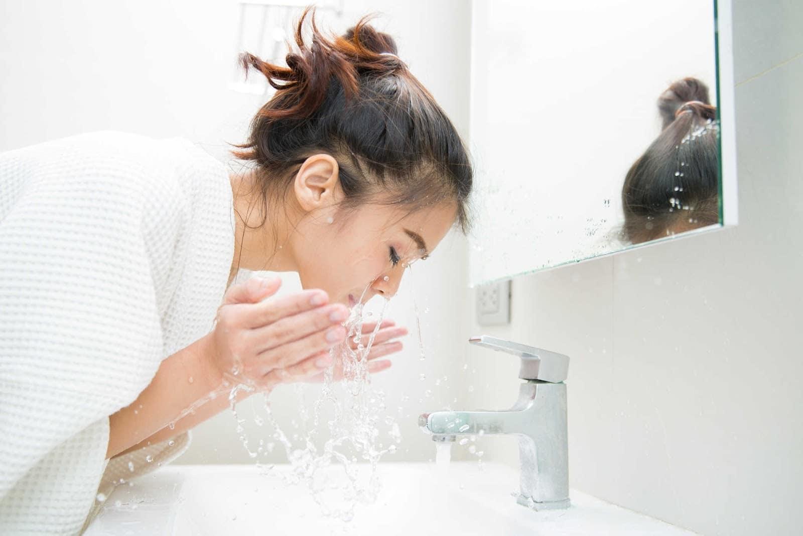 Da mặt chưa lấy hết bụi bẩn, dầu nhờn sẽ gây ra mụn ẩn
