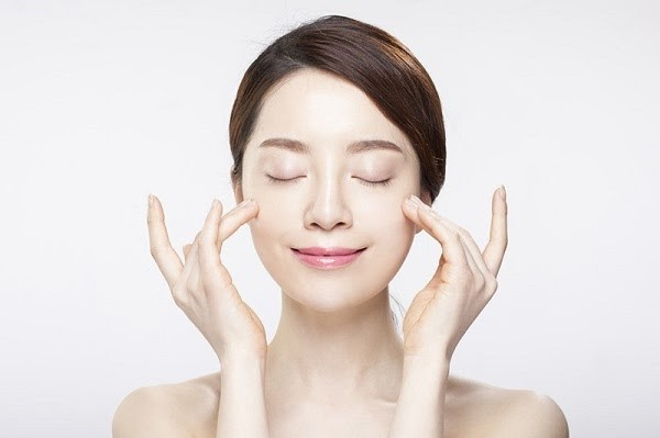 Massage da nhẹ nhàng để tinh chất thấm sâu