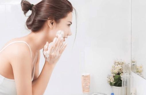 Nên thường xuyên vệ sinh da mặt sạch sẽ