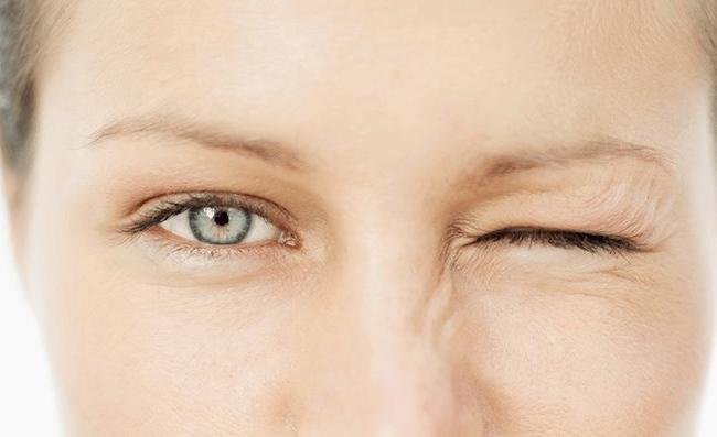 Nháy mắt trái xảy ra liên tục trong sự lo lắng