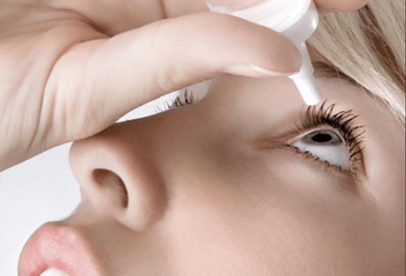 Vệ sinh mắt thường xuyên và đúng cách để khắc phục hiện tượng nháy mắt liên tục.