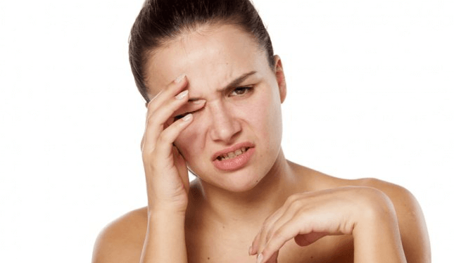 Mắt phải nháy liên tục gây khó chịu