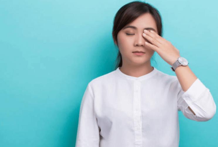 Nháy mắt phải ở nữ giới là điềm tốt hay xấu?