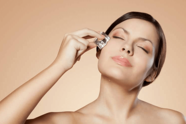 Dùng đá rửa sạch những vết nhờn do da mặt tiết ra.