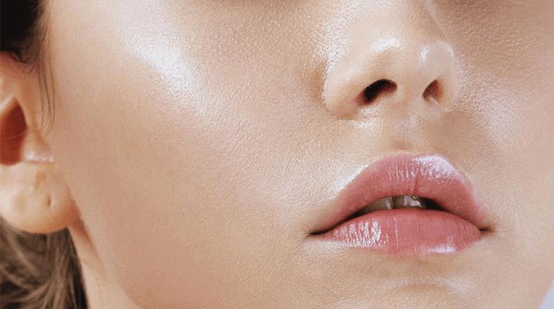 Dễ nhận biết da dầu với làn da sáng bóng.