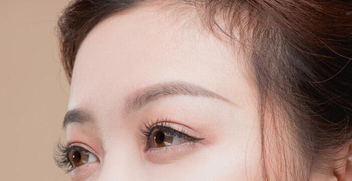 Đôi mắt to trong sau khi được xăm mí