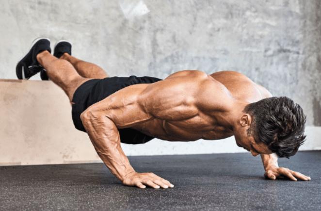 Thực hiện động tác chống đẩy cơ bản của street workout.