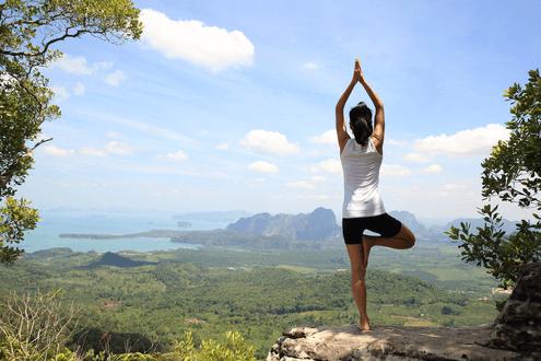 Tập yoga đơn giản với tư thế ngọn núi.