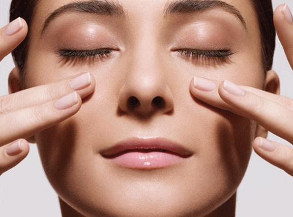 Massage nhẹ nhàng và liên tục giúp trị bọng mắt hiệu quả.