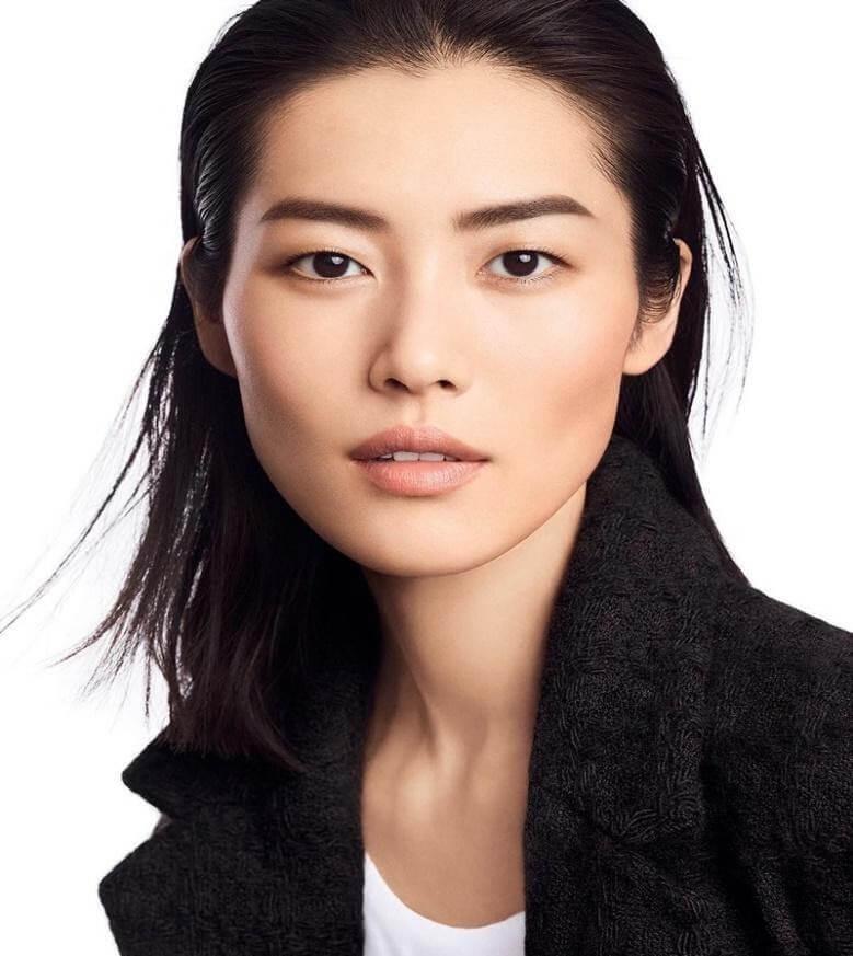 Siêu mẫu Liu Wen với đôi mắt một mí