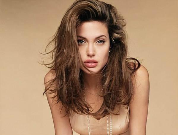 Angelina Jolie với đôi môi dày quyến rũ