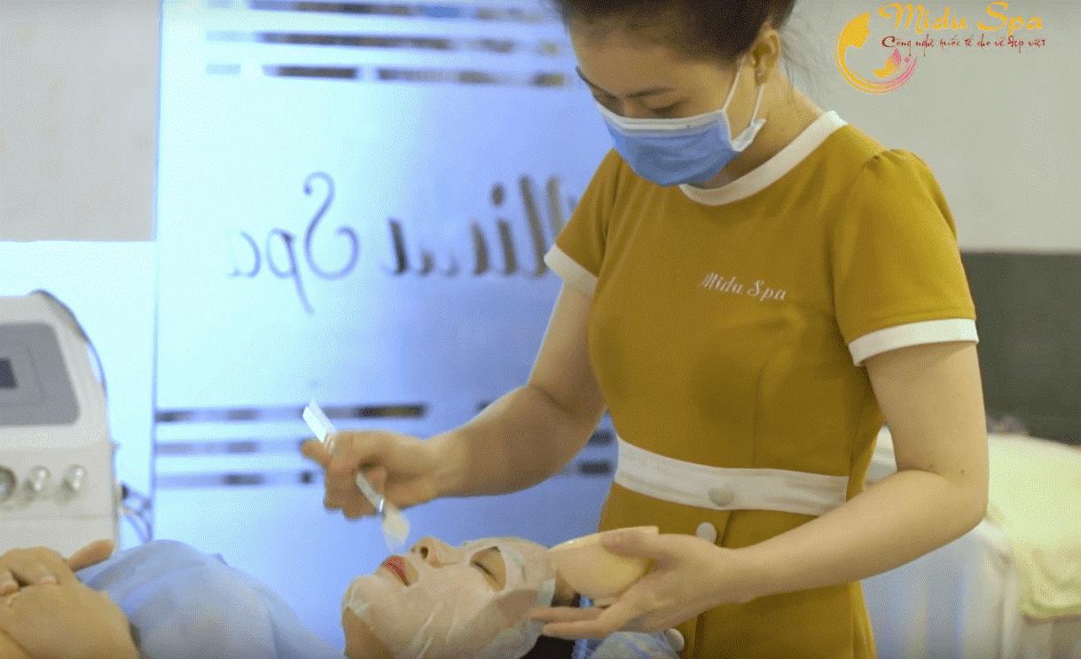 Nhân viên MiduSpa thực hiện liệu trình chăm sóc da cơ bản ngăn ngừa lão hóa